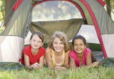 Gruppo di ragazze divertendosi in tenda in campagna fotografie stock