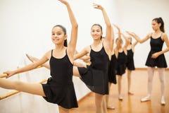 Gruppo di ragazze in una classe reale di balletto fotografie stock libere da diritti