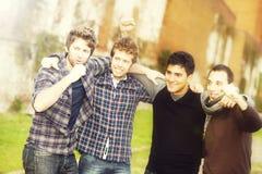 Gruppo di ragazzi all'esterno Fotografie Stock