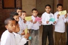 Gruppo di ragazzi che giocano il gioco di parole all'evento di carità Fotografie Stock
