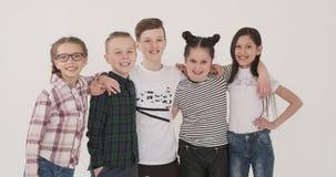Gruppo di ragazzi e di ragazze felici stock footage