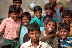 Gruppo di ragazzi indiani allegri che posano davanti alla macchina fotografica dentro I Fotografie Stock Libere da Diritti