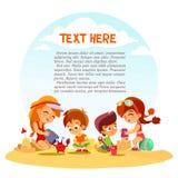 Gruppo di ragazzini svegli e di ragazze che giocano con la sabbia sulla spiaggia di estate Fotografie Stock