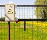 Gruppo di regolazione elettrico all'aperto domestico con il segno ad alta tensione Fotografie Stock