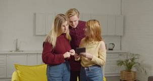 Gruppo di rete degli amici con il pc della compressa all'interno stock footage