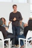 Gruppo di riabilitazione che applaude uomo felice che sta su Fotografie Stock