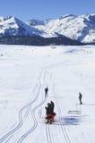 Gruppo di riposo degli sciatori che attraversano il pæse Fotografia Stock Libera da Diritti