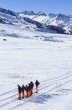 Gruppo di riposo degli sciatori che attraversano il pæse Fotografia Stock