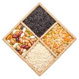 Gruppo di riso, di fagioli e di lenticchie isolati su fondo bianco Fotografia Stock