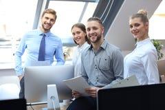 Gruppo di riuscita gente di affari sui precedenti dell'ufficio immagine stock