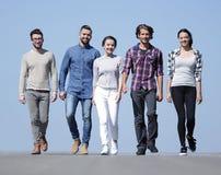 Gruppo di riusciti giovani all'aperto Fotografia Stock