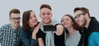Gruppo di riusciti giovani che si siedono sul banco, a sorridente Fotografie Stock Libere da Diritti