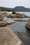 Gruppo di rocce sulla spiaggia Immagini Stock