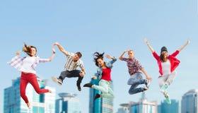 Gruppo di salto degli adolescenti Fotografie Stock