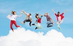 Gruppo di salto degli adolescenti fotografie stock libere da diritti
