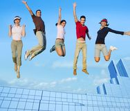 Gruppo di salto dei giovani sulle costruzioni della città Immagine Stock