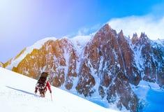 Gruppo di scalatori che raggiungono la sommità Immagine Stock