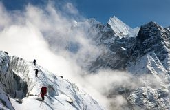 Gruppo di scalatori sulle montagne Immagine Stock