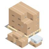 Gruppo di scatole di cartone impilate sui pallet di legno Fotografia Stock Libera da Diritti