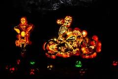 Gruppo di scheletro scolpito del motociclo delle zucche Fotografie Stock Libere da Diritti