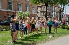 Gruppo di schiocco della ragazza che esegue gli elementi di ballo nel parco Immagine Stock Libera da Diritti