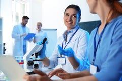 Gruppo di scienziati che lavorano nel laboratorio di chimica immagini stock