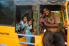 Gruppo di scolare indiane che sorridono alla macchina fotografica in risciò del tuk del tuk, il 23 febbraio 2018 Madura, India Fotografia Stock Libera da Diritti
