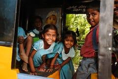 Gruppo di scolare indiane che sorridono alla macchina fotografica in risciò del tuk del tuk, il 23 febbraio 2018 Madura, India Fotografia Stock