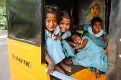 Gruppo di scolare indiane che sorridono alla macchina fotografica in risciò del tuk del tuk, il 23 febbraio 2018 Madura, India Immagini Stock