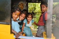 Gruppo di scolare indiane che sorridono alla macchina fotografica in risciò del tuk del tuk, il 23 febbraio 2018 Madura, India Immagine Stock Libera da Diritti