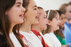 Gruppo di scolari che cantano insieme nel coro Fotografia Stock Libera da Diritti