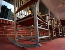 Gruppo di sedie di oscillazione sul portico Fotografia Stock