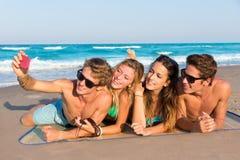 Gruppo di Selfie di amici turistici in una spiaggia tropicale Fotografia Stock