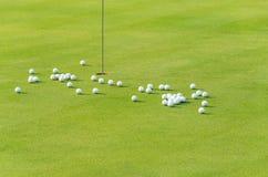 Gruppo di sfera di golf di pratica su verde Fotografia Stock Libera da Diritti