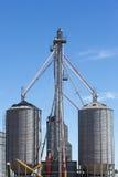Gruppo di silos di grano nell'Uruguay con cielo blu Fotografia Stock