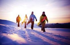 Gruppo di snowboarders sopra la montagna Fotografia Stock