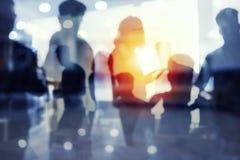 Gruppo di socio commerciale che cerca il futuro Concetto di corporativo e di startup fotografie stock libere da diritti