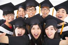 Gruppo di sorriso degli amici di graduazione per la macchina fotografica Fotografie Stock Libere da Diritti