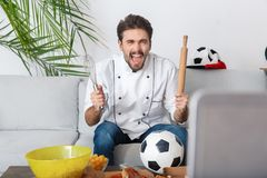 Gruppo di sorveglianza di sostegno della partita del tifoso del cuoco unico del giovane Immagine Stock