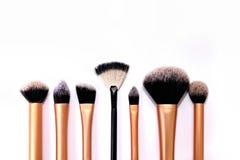 Gruppo di spazzole del cosmetico su fondo bianco Fotografia Stock Libera da Diritti