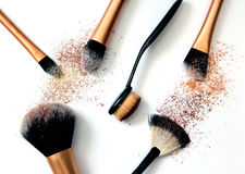 Gruppo di spazzole del cosmetico su fondo bianco Immagini Stock Libere da Diritti