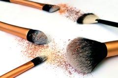 Gruppo di spazzole del cosmetico su fondo bianco Fotografie Stock Libere da Diritti