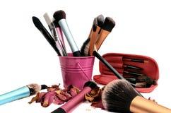 Gruppo di spazzole del cosmetico su fondo bianco fotografia stock