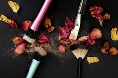 Gruppo di spazzole del cosmetico su fondo nero fotografia stock