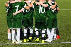 Gruppo di sport che sta insieme sul campo Squadra di football americano motivata Fotografia Stock