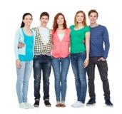 Gruppo di stare sorridente degli studenti Immagini Stock
