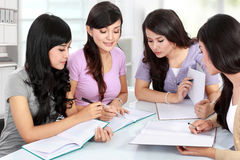 Gruppo di studente che studia insieme Fotografia Stock