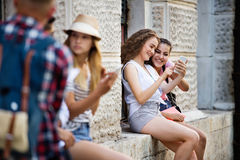 Gruppo di studenti adolescenti che parlano davanti all'università Fotografia Stock Libera da Diritti