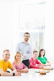 Gruppo di studenti adolescenti che studiano alla lezione Fotografia Stock