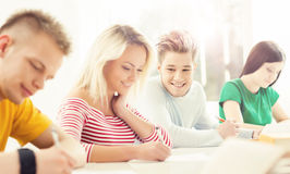 Gruppo di studenti adolescenti che studiano alla lezione Immagini Stock Libere da Diritti